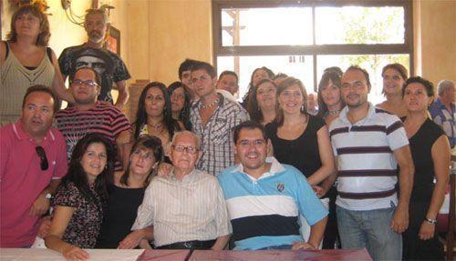 Pedro acompañado de sus nietos